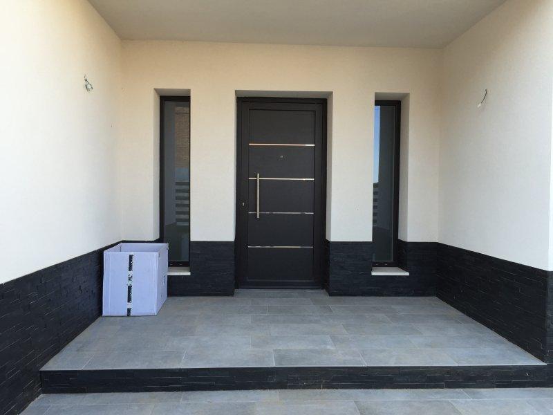 puerta de pvc negro y blanco interior modelo avia