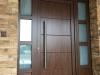 Puerta de calle PVC Nogal panel IP7 y fijos laterales