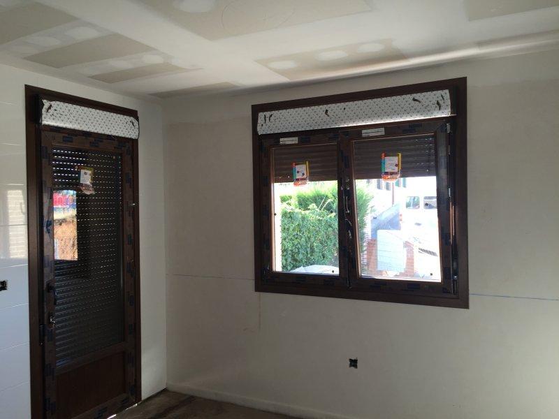 puerta balconera y ventana de pvc nogal deceuninck