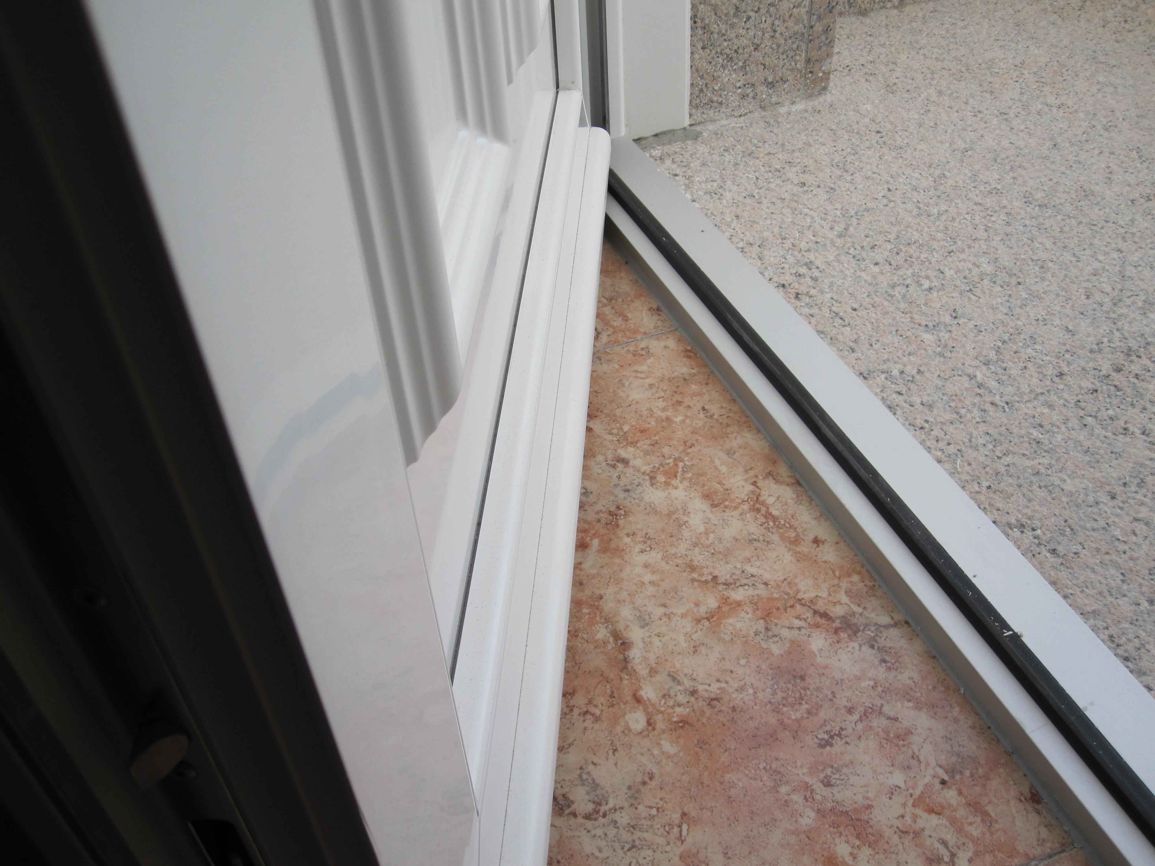 Puertas de calle con alta eficiencia energ tica mavero s l carpinter a y ventanas de pvc y - Aislar puerta entrada piso ...